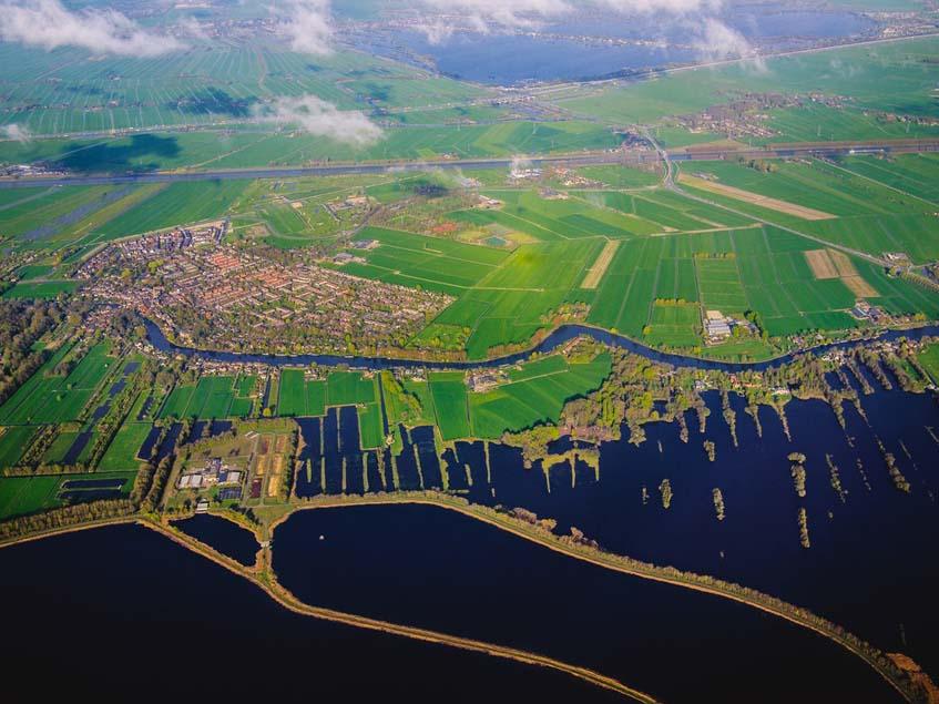 drónfelvétel holland mezőgazdasági területről és egy szomszédos faluról