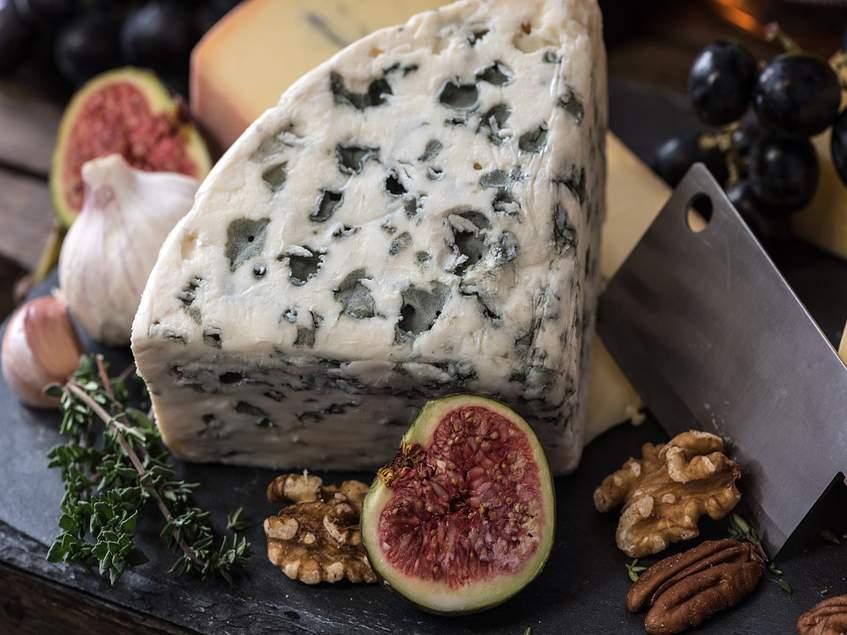 füge kék sajttal, dióval és borsfűvel
