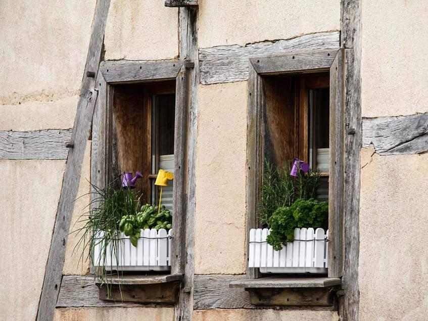 fűszernövényes ablakláda