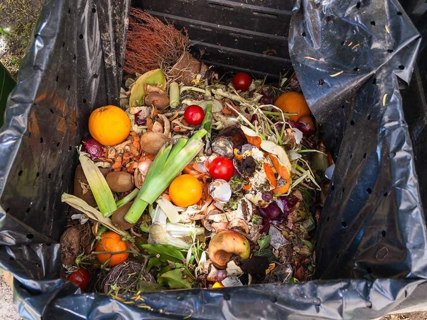 háztartási hulladék a komposztban