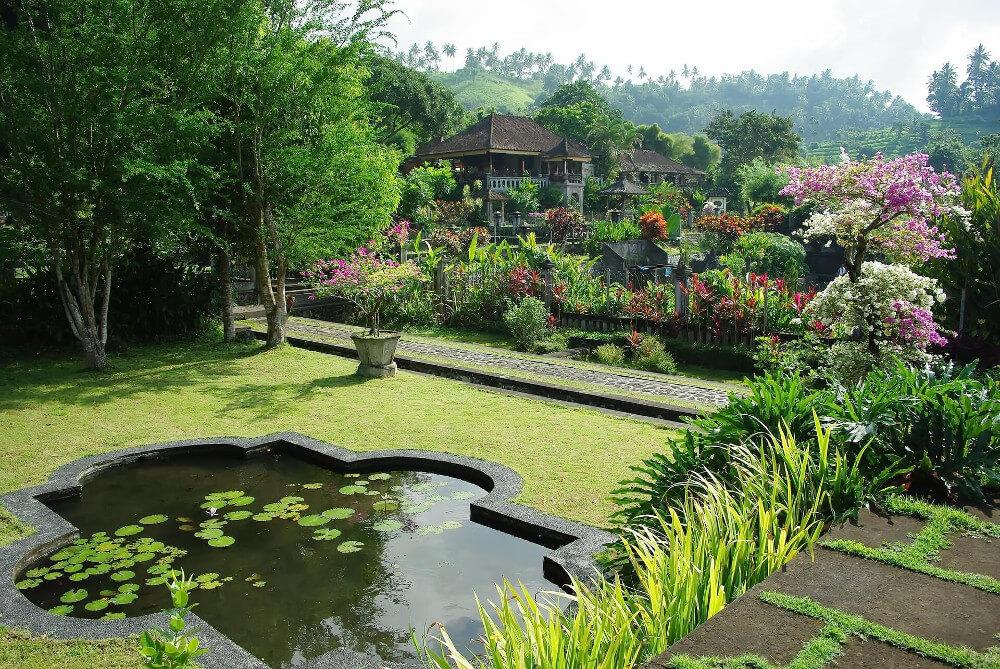 Indonézia, Bali, A Pura Ganga templom kertje medencével