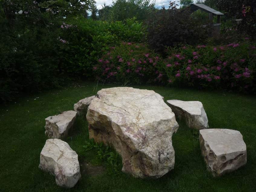 kőasztal kőszékekkel