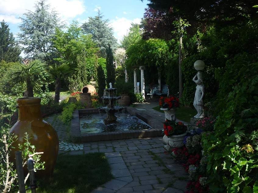 mediterrán kert szökőkúttal